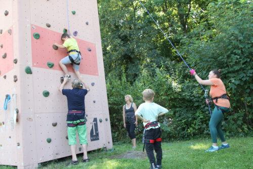 Bergsport-Experte Markus Sailler und Gattin Patricia wiesen die Kinder persönlich in die individuellen Kletter-Touren ein. SJF-Mitarbeiterin Nelly Balota (re.) sicherte die Auf- und Abstiege professionell. Foto: Moni Pfaff