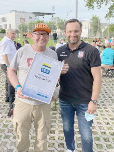 Auch FSV Sportdirektor Thomas Brendel (re.) gratulierte FSV Fanprojekts-Leiter Peter Heering persönlich zum Qualitätssiegel.